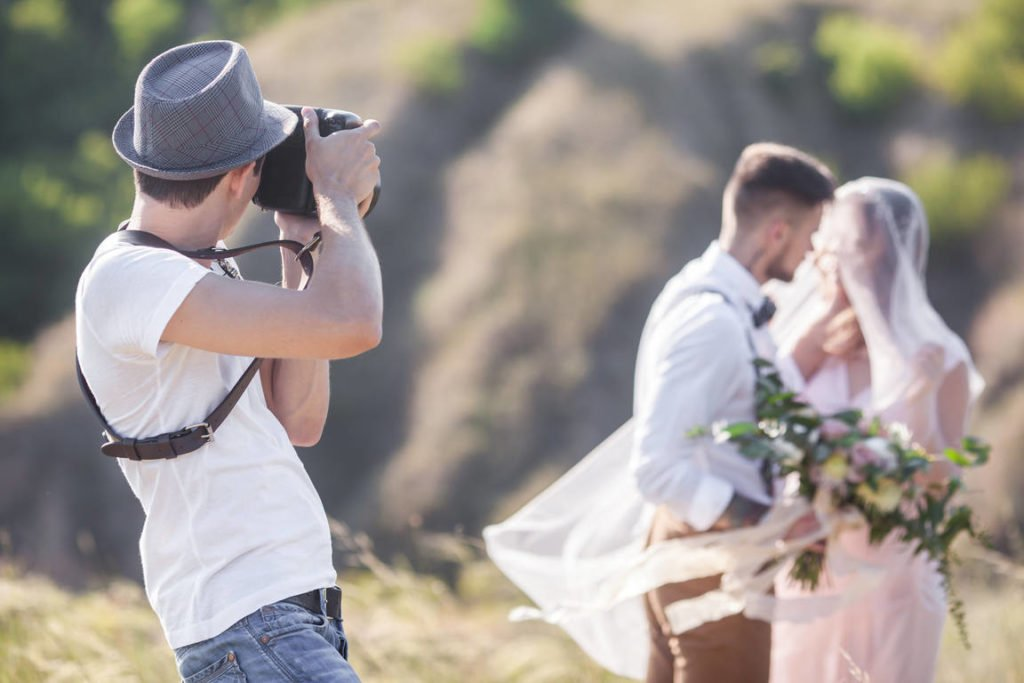 Simple tips to help you take great wedding photos by yourself and a tip on how to easily send large photo files and folders online: learn from a professional