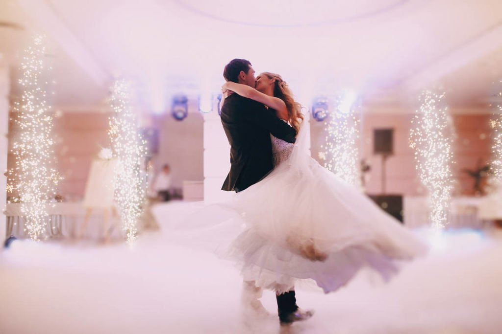 Simple tips for taking great wedding photos by yourself and a tip on how to easily send large photo files and folders online: capture the first dance